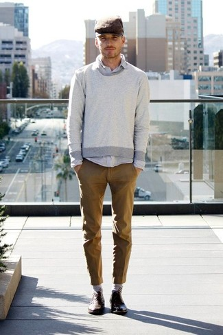 Cómo combinar: jersey con cuello circular gris, camisa de manga larga gris, pantalón chino marrón, zapatos derby de cuero en marrón oscuro