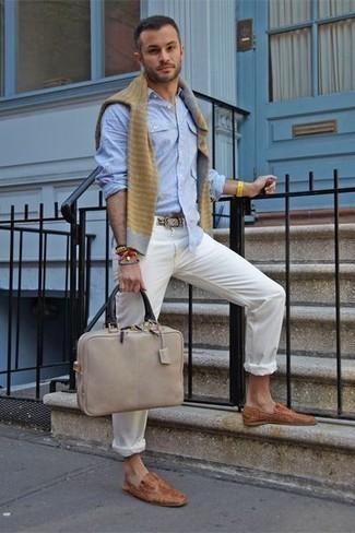 Cómo combinar un mocasín: Elige un jersey con cuello circular de rayas horizontales gris y un pantalón chino blanco para lidiar sin esfuerzo con lo que sea que te traiga el día. Opta por un par de mocasín para mostrar tu inteligencia sartorial.