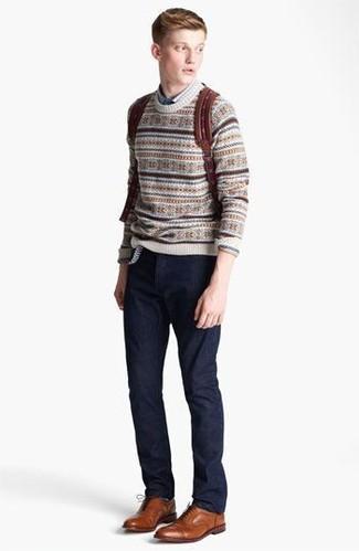 Cómo combinar: jersey con cuello circular de grecas alpinos en beige, camisa de manga larga azul, pantalón chino azul marino, zapatos oxford de cuero en tabaco
