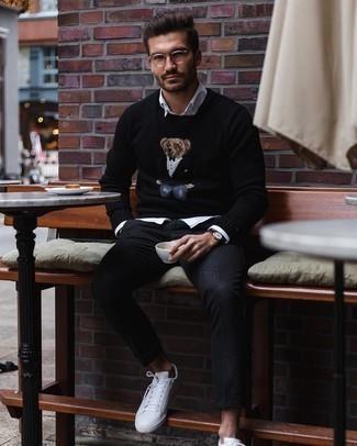 Cómo combinar unos tenis de cuero blancos para hombres de 30 años: Ponte un jersey con cuello circular bordado negro y un pantalón chino de lana negro para lidiar sin esfuerzo con lo que sea que te traiga el día. Tenis de cuero blancos son una opción perfecta para completar este atuendo.