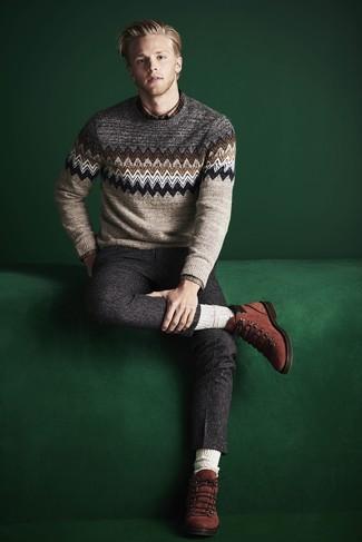 Cómo combinar: jersey con cuello circular de grecas alpinos en beige, camisa de manga larga de tartán marrón, pantalón de vestir de lana en gris oscuro, botas casual de ante en tabaco