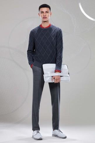 Cómo combinar unos zapatos derby de cuero grises: Equípate un jersey con cuello circular en gris oscuro con un pantalón de vestir de lana en gris oscuro para rebosar clase y sofisticación. Completa el look con zapatos derby de cuero grises.