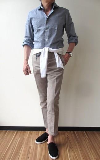 Cómo combinar: jersey con cuello circular blanco, camisa de manga larga de cambray gris, pantalón de vestir en beige, zapatillas slip-on de ante negras