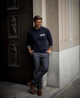 Cómo combinar: jersey con cuello circular estampado azul marino, camisa de manga larga de tartán gris, pantalón de vestir azul marino, zapatillas altas de cuero en marrón oscuro