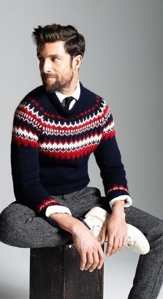 Cómo combinar: jersey con cuello circular de grecas alpinos azul marino, camisa de manga larga blanca, pantalón de vestir de lana de espiguilla en gris oscuro, tenis blancos