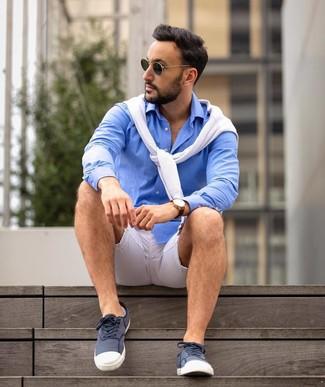 Cómo combinar una camisa de manga larga azul estilo casuale: Este combo de una camisa de manga larga azul y un jersey con cuello circular blanco te permitirá mantener un estilo cuando no estés trabajando limpio y simple. Tenis de lona en azul marino y blanco darán un toque desenfadado al conjunto.
