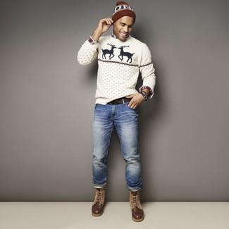 Cómo combinar: jersey con cuello circular de navidad blanco, camisa de manga larga de tartán en blanco y rojo y azul marino, vaqueros azules, botas casual de cuero en marrón oscuro