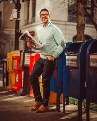 Cómo combinar: jersey con cuello circular gris, camisa de manga larga de rayas verticales en blanco y verde, vaqueros azul marino, botas safari de cuero en tabaco