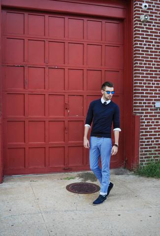 Cómo combinar: jersey con cuello circular azul marino, camisa de manga larga blanca, vaqueros ligeros celestes, zapatos derby de ante azul marino