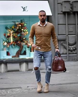 Cómo combinar una bolsa de viaje de cuero marrón: Equípate un jersey con cuello circular marrón claro con una bolsa de viaje de cuero marrón para un look agradable de fin de semana. Elige un par de botines chelsea de ante en beige para mostrar tu inteligencia sartorial.