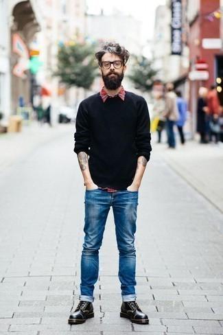 Cómo combinar una camisa de manga larga de tartán roja: Para un atuendo que esté lleno de caracter y personalidad empareja una camisa de manga larga de tartán roja junto a unos vaqueros azules. Elige un par de botas casual de cuero negras para mostrar tu inteligencia sartorial.