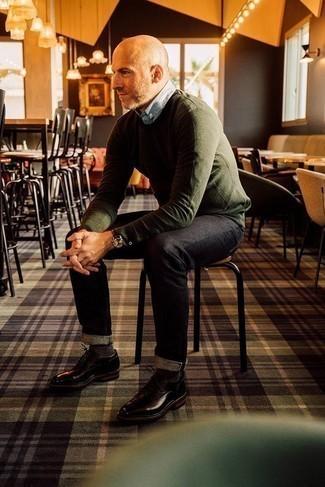 Cómo combinar unos vaqueros negros: Elige un jersey con cuello circular verde oliva y unos vaqueros negros para conseguir una apariencia relajada pero elegante. Con el calzado, sé más clásico y opta por un par de zapatos derby de cuero en marrón oscuro.