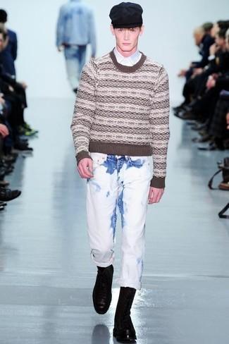 Cómo combinar: jersey con cuello circular de grecas alpinos marrón, camisa de manga larga blanca, vaqueros blancos, botas casual de cuero negras