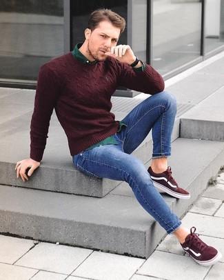 Cómo combinar: jersey con cuello circular burdeos, camisa de manga larga verde oscuro, vaqueros pitillo azules, tenis de ante burdeos