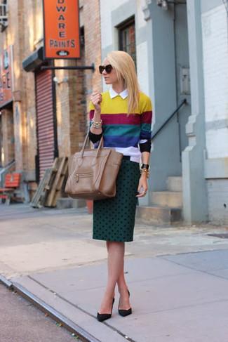 Cómo combinar: jersey con cuello circular de rayas horizontales en multicolor, camisa de vestir blanca, falda lápiz a lunares verde oscuro, zapatos de tacón de ante negros