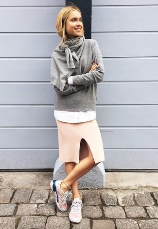 Cómo combinar: jersey con cuello circular gris, camisa de vestir blanca, falda lápiz rosada, deportivas rosadas