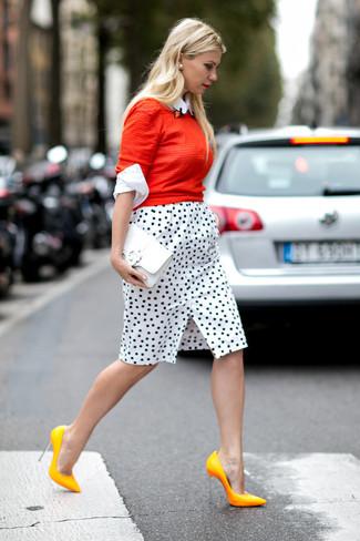 Elige un jersey con cuello circular rojo y una falda lápiz a lunares blanca y negra para cualquier sorpresa que haya en el día. Zapatos de tacón de cuero amarillos son una forma sencilla de mejorar tu look.