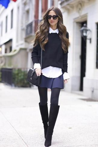 Cómo combinar: jersey con cuello circular negro, camisa de vestir blanca, falda skater azul marino, botas de caña alta de ante negras