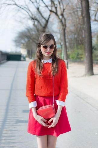 Cómo combinar: jersey con cuello circular rojo, camisa de vestir blanca, falda skater rosa, bolso bandolera de cuero estampado rojo