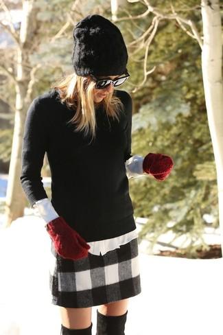 Intenta combinar un jersey con cuello circular negro junto a una minifalda de lana a cuadros negra y blanca para cualquier sorpresa que haya en el día. Con el calzado, sé más clásico y usa un par de botas sobre la rodilla de ante negras.