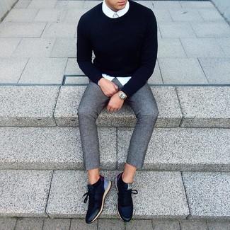 Cómo combinar: jersey con cuello circular azul marino, camisa de vestir blanca, pantalón chino de lana gris, tenis de cuero azul marino