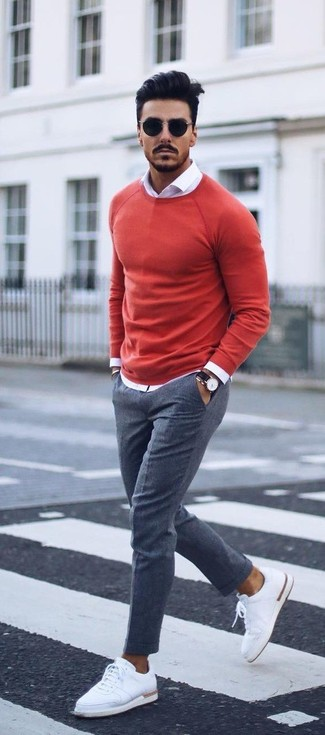 Considera emparejar un jersey con cuello circular rojo con un pantalón de vestir gris para una apariencia clásica y elegante. Para el calzado ve por el camino informal con tenis de cuero blancos.