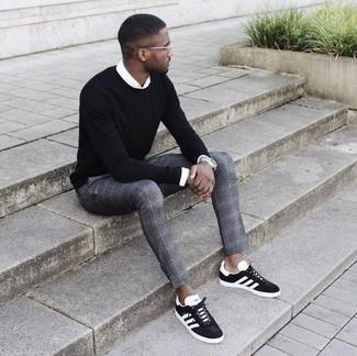 Cómo combinar: jersey con cuello circular negro, camisa de vestir blanca, pantalón de vestir de tartán gris, tenis de ante en negro y blanco