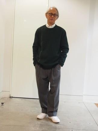 Cómo combinar un jersey con cuello circular verde oscuro: Ponte un jersey con cuello circular verde oscuro y un pantalón de vestir de lana gris para una apariencia clásica y elegante. ¿Quieres elegir un zapato informal? Elige un par de tenis de lona blancos para el día.
