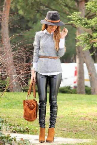 Cómo combinar: jersey con cuello circular de angora gris, camisa de vestir blanca, pantalones pitillo de cuero negros, botines de ante marrón claro