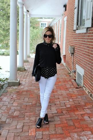 Cómo combinar: jersey con cuello circular negro, camisa de vestir estampada en negro y blanco, pantalones pitillo blancos, botines de cuero con recorte negros