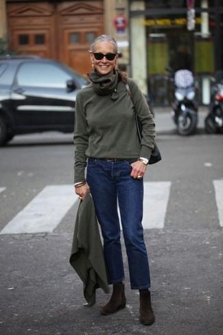 Cómo combinar: jersey con cuello circular verde oscuro, camisa de vestir blanca, vaqueros azul marino, botines chelsea de ante en marrón oscuro