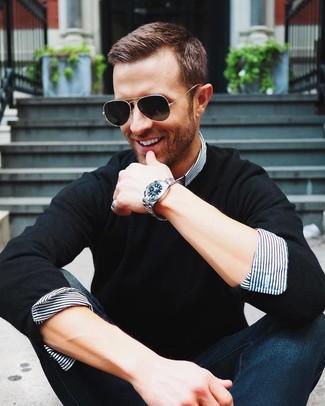 Cómo combinar: jersey con cuello circular negro, camisa de vestir de rayas verticales en blanco y azul marino, vaqueros azul marino, gafas de sol negras