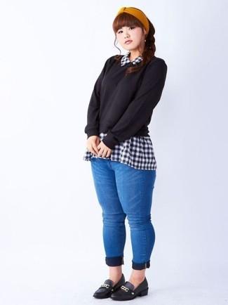 Elige un jersey con cuello circular negro y unos vaqueros pitillo azules para crear una apariencia elegante y glamurosa. Mocasín dan un toque chic al instante incluso al look más informal.