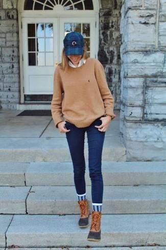 Cómo combinar: jersey con cuello circular marrón claro, camisa de vestir blanca, vaqueros pitillo azul marino, botas para la nieve marrón claro