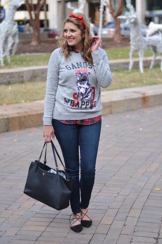 Cómo combinar: jersey con cuello circular estampado gris, camisa de vestir de tartán en rojo y negro, vaqueros pitillo azul marino, zapatos de tacón de ante negros