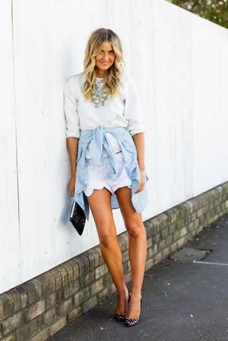 Cómo combinar: jersey con cuello circular blanco, camisa vaquera celeste, pantalones cortos blancos, zapatos de tacón de cuero de rayas horizontales en blanco y negro
