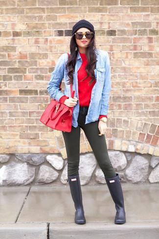 Elige un jersey con cuello circular rojo y unos vaqueros pitillo verde oliva para una apariencia fácil de vestir para todos los días. Botas de lluvia azul marino añadirán un nuevo toque a un estilo que de lo contrario es clásico.