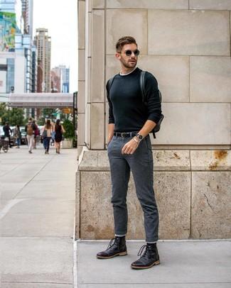 Cómo combinar: jersey con cuello circular negro, camiseta con cuello circular blanca, pantalón chino en gris oscuro, botas casual de cuero negras