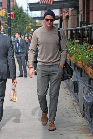 Cómo combinar un pantalón chino gris: Usa un jersey con cuello circular gris y un pantalón chino gris para lidiar sin esfuerzo con lo que sea que te traiga el día. Botas safari de ante marrónes son una opción atractiva para complementar tu atuendo.