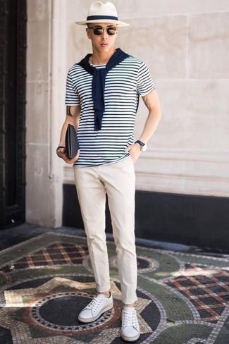 Cómo combinar un sombrero de lana blanco: Usa un jersey con cuello circular azul marino y un sombrero de lana blanco transmitirán una vibra libre y relajada. ¿Te sientes ingenioso? Dale el toque final a tu atuendo con tenis de lona blancos.