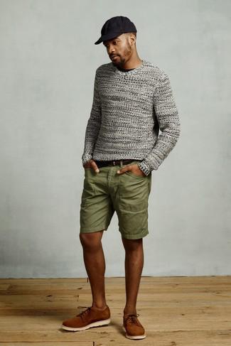 Cómo combinar: jersey con cuello circular de punto gris, camiseta con cuello circular negra, pantalones cortos verde oliva, zapatos derby de ante en tabaco