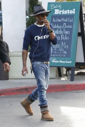 Cómo combinar: jersey con cuello circular estampado azul marino, camiseta con cuello circular blanca, vaqueros azules, botas ugg marrón claro