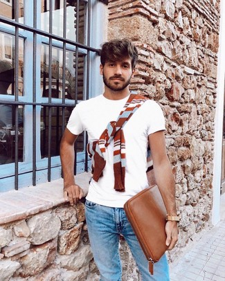 Cómo combinar: jersey con cuello circular de rayas horizontales en tabaco, camiseta con cuello circular blanca, vaqueros celestes, bolso con cremallera de cuero en tabaco