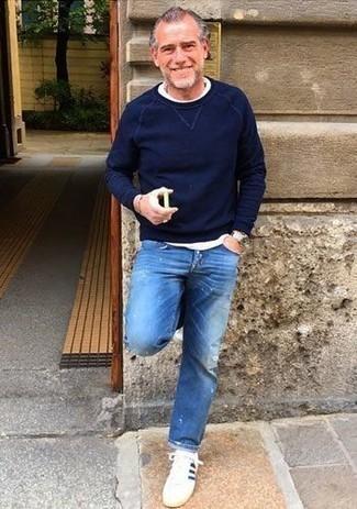 Cómo combinar unos tenis en blanco y azul marino: Un jersey con cuello circular azul marino y unos vaqueros desgastados azules son una opción atractiva para el fin de semana. Con el calzado, sé más clásico y complementa tu atuendo con tenis en blanco y azul marino.