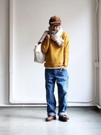 Cómo combinar una bufanda blanca: Opta por un jersey con cuello circular mostaza y una bufanda blanca transmitirán una vibra libre y relajada. Dale un toque de elegancia a tu atuendo con un par de botas casual de cuero marrónes.