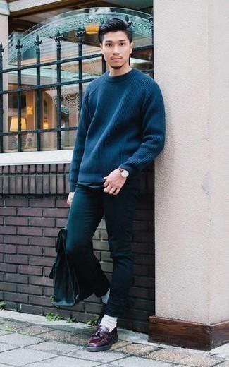 Outfits hombres en primavera 2020: Considera ponerse un jersey con cuello circular azul marino y unos vaqueros en verde azulado para conseguir una apariencia relajada pero elegante. ¿Te sientes valiente? Haz mocasín con borlas de cuero burdeos tu calzado. Si tu en busca de un look primaveral, esta es una opción ideal.