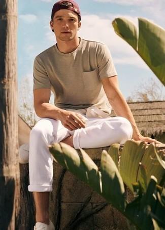 Cómo combinar una gorra de béisbol burdeos: Opta por la comodidad en un jersey con cuello circular en beige y una gorra de béisbol burdeos. ¿Te sientes valiente? Opta por un par de tenis de lona blancos.