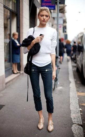 Cómo combinar: jersey con cuello circular de angora blanco, camiseta con cuello circular blanca, vaqueros pitillo azul marino, mocasín de cuero marrón claro