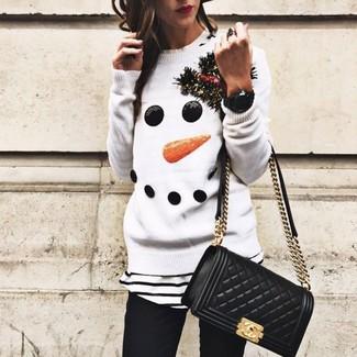 Cómo combinar: jersey con cuello circular de navidad blanco, camiseta con cuello circular de rayas horizontales en blanco y negro, vaqueros pitillo negros, bolso bandolera de cuero acolchado negro