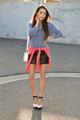 Cómo combinar: jersey con cuello circular rosa, camiseta de manga larga celeste, minifalda de cuero negra, zapatos de tacón de cuero en blanco y negro